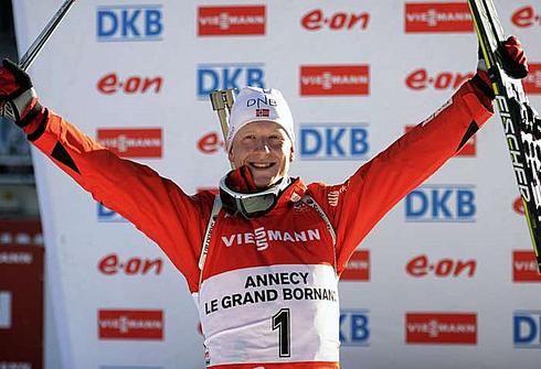 Йоханесс БЕ на верхней ступени пьедестала после гонки преследования на этапе Кубка мира в Анси. Фото AFP