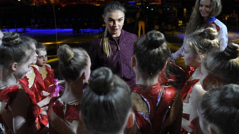 Алина КАБАЕВА и юные гимнастки. Фото Федор УСПЕНСКИЙ,