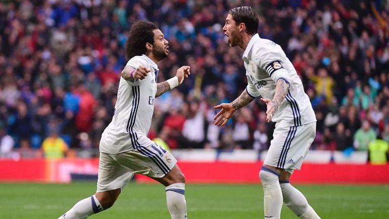 """Суббота. Мадрид. """"Реал"""" - """"Валенсия"""" - 2:1. МАРСЕЛУ (слева) празднует с Серхио РАМОСОМ победный гол. Фото AFP"""