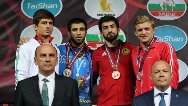 Ильяс БЕКБУЛАТОВ (второй слева) выиграл в категории до 65 кг. Фото Федерация борьбы России
