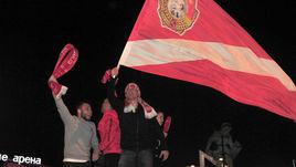 Воскресенье. Москва. Артем РЕБРОВ (в центре) и Денис Глушаков праздновали чемпионский титул вместе с болельщиками красно-белых.