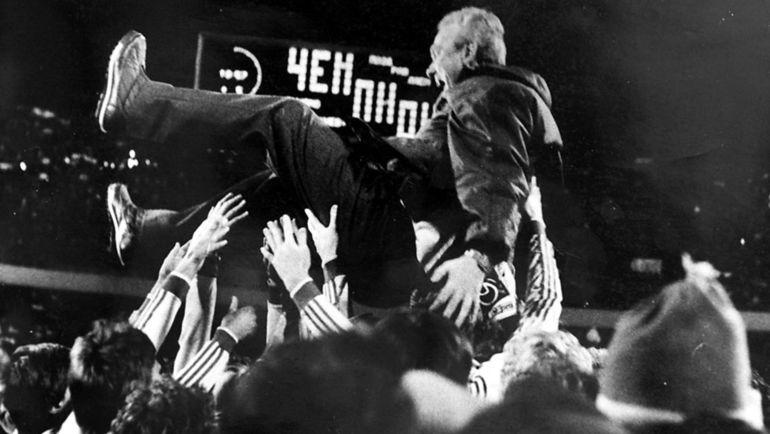 """Футболисты """"Динамо"""" поздравляют Валерия ЛОБАНОВСКОГО с очередным чемпионством в СССР. Фото Ефим ШАИНСКИЙ, """"СЭ"""""""