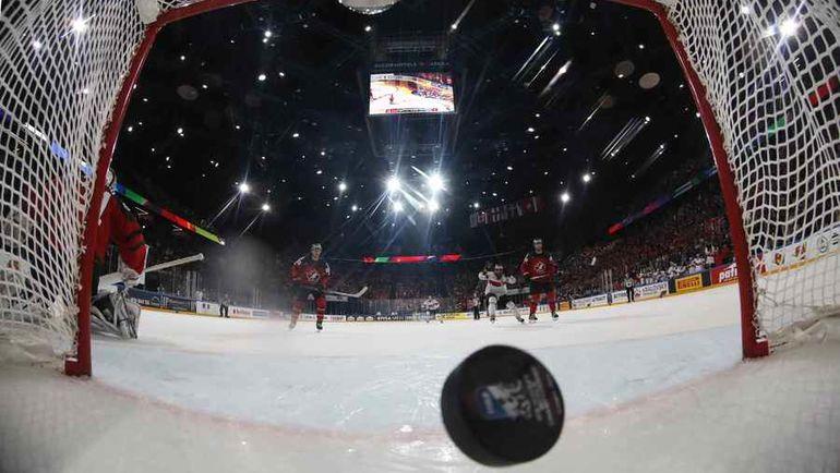 """Вчера. Париж. Канада - Швейцария - 2:3 ОТ. Победная шайба в воротах """"Кленовых"""". Фото REUTERS"""