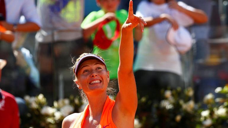 Понедельник. Рим. Мария ШАРАПОВА празднует победу над Кристиной МАКХЭЙЛ. Фото REUTERS