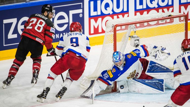 Андрей ВАСИЛЕВСКИЙ спасает ворота после броска Клода ЖИРУ (№28). Фото REUTERS