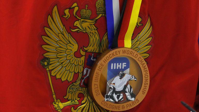 Воскресенье. Кельн. Россия - Финляндия - 5:3. Награда одного из хоккеистов российской команды. Фото AFP