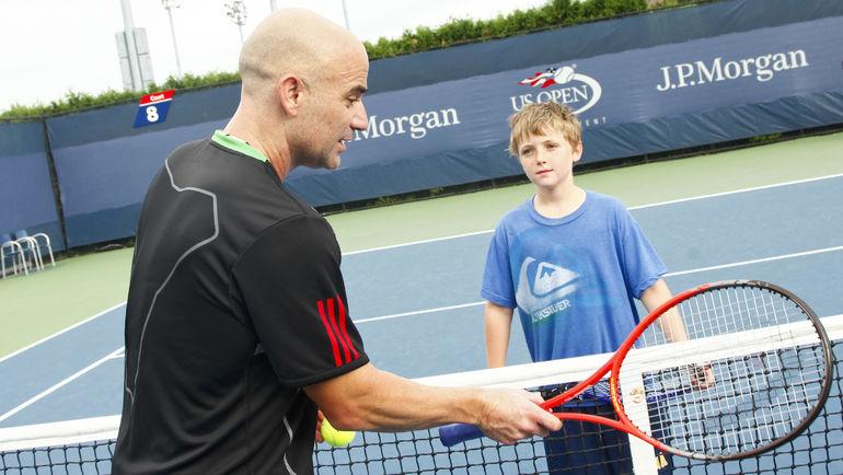 Андре АГАССИ дает совет юному теннисисту. Фото AFP