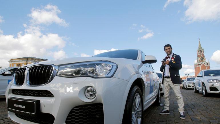 Миша АЛОЯН и подаренный за Олимпиаду автомобиль. Фото REUTERS