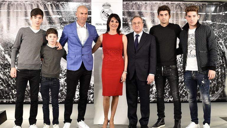 "Зинедин ЗИДАН (третий слева), его супруга Вероника (в центре), их дети и президент ""Реала"" Флорентино ПЕРЕС (третий справа). Фото AFP"