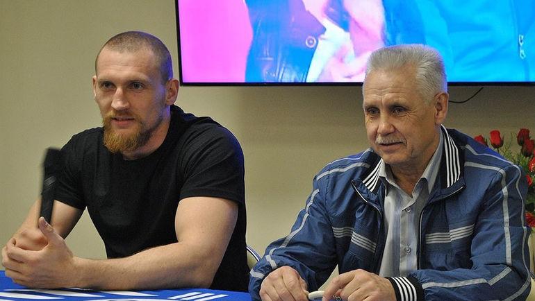 Дмитрий КУДРЯШОВ (слева) и его тренер Николай ТИМОФЕЕВ. Фото twitter.com