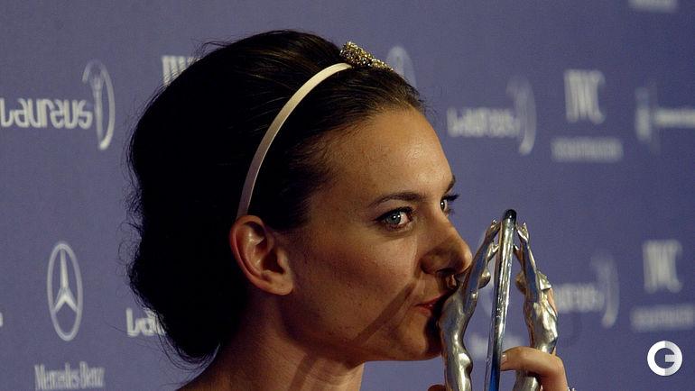 02 апреля 2007 года. Елена ИСИНБАЕВА в Барселоне с призом. Фото AFP