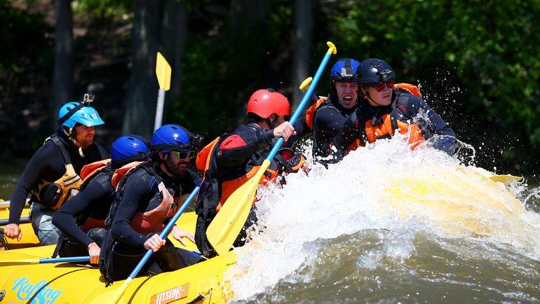 Пилоты сплавляются по реке Святого Лаврентия. Фото AFP
