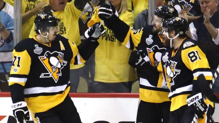 "Сегодня. Питтсбург. ""Питтсбург"" - ""Нэшвилл"" - 6:0. Евгений МАЛКИН (слева) празднует гол в ворота соперника. Фото USA TODAY Sports"
