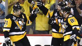 """Сегодня. Питтсбург. """"Питтсбург"""" - """"Нэшвилл"""" - 6:0. Евгений МАЛКИН (слева) празднует гол в ворота соперника."""
