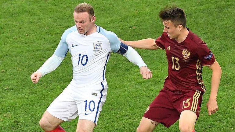 11 июня 2016 года. Марсель. Россия - Англия - 1:1. В борьбе Александр ГОЛОВИН (справа) и Уэйн РУНИ. Фото AFP