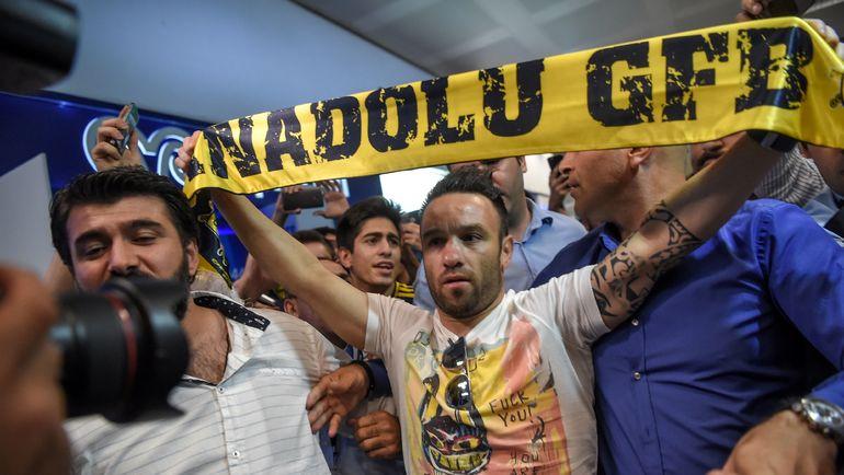"""Сегодня. Стамбул. Фанаты """"Фенербахче"""" встречают Матье ВАЛЬБУЭНА. Фото AFP"""