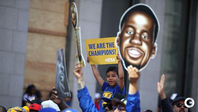 """Вчера. Окленд. """"Голден Стэйт"""" празднует чемпионство. Болельщики. Фото AFP"""