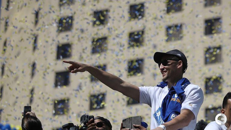 """Вчера. Окленд. """"Голден Стэйт"""" празднует чемпионство. Клей ТОМПСОН. Фото AFP"""