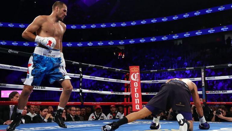 19 ноября 2016 года. Лас-Вегас. Нокдаун Андре УОРДА во втором раунде. Фото AFP