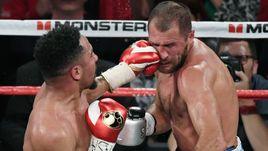 Суббота. Лас-Вегас. Андре УОРД (слева) нанес удар с левой в голову Сергею КОВАЛЕВУ.