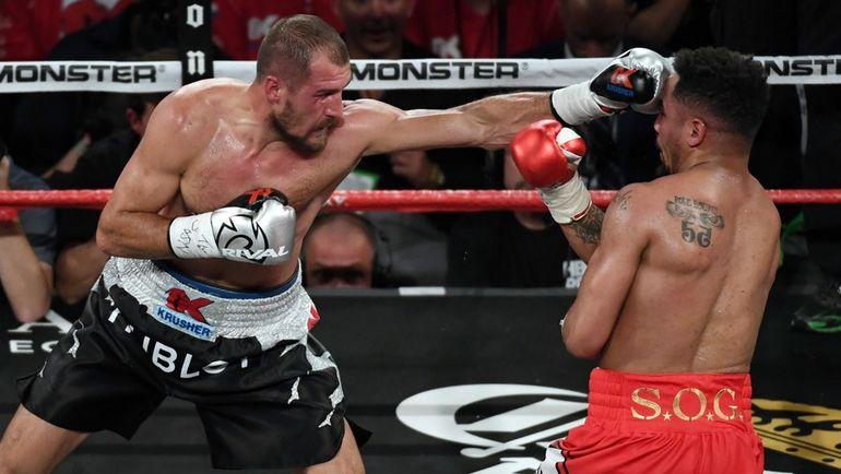 17 июня. Лас-Вегас. Сергей КОВАЛЕВ (слева) во время реванша против Андре УОРДА. Фото AFP