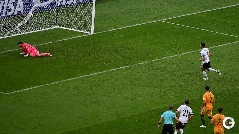 Сегодня. Сочи. Австралия - Германия - 2:3. Юлиан ДРАКСЛЕР (справа) реализует пенальти. Фото AFP