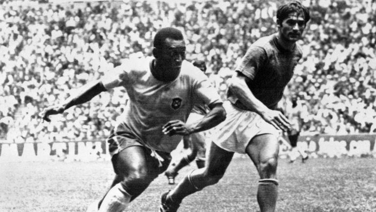 21 июня 1970 года. Мехико. Бразилия - Италия - 4:1. ПЕЛЕ против Тарчизио БУРНЬИЧА в финале чемпионата мира. Фото AFP