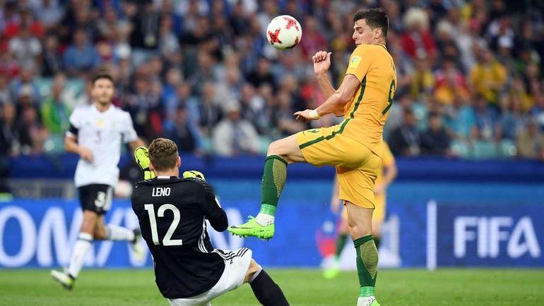 Сегодня. Сочи. Австралия - Германия - 2:3. Вратарь немцев Бернд ЛЕНО и автор одного из голов австралийцев Томи ЮРИЧ. Фото AFP