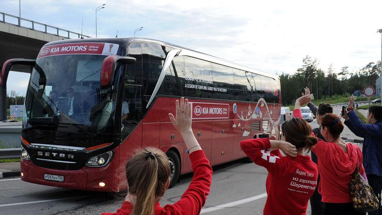 Вчера. Москва. Автобус сборной Португалии встречают у столичного отеля команды