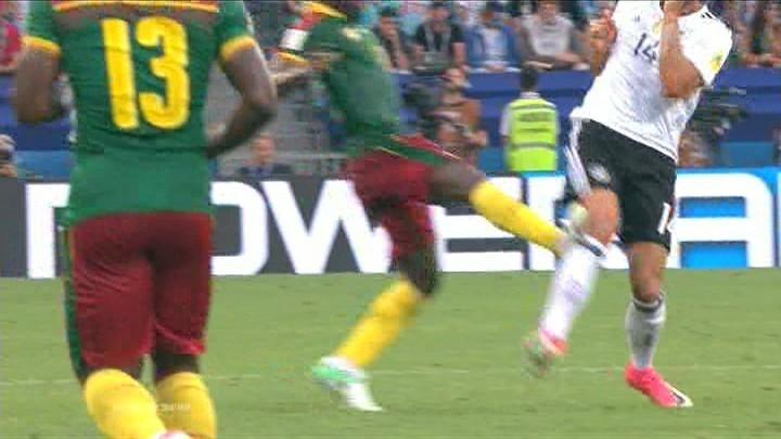 Арбитр удалил игрока сборной Камеруна после просмотра видео