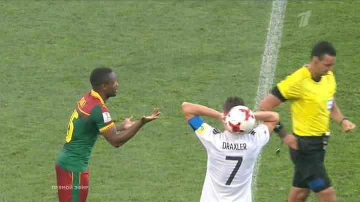 Арбитр удалил игрока сборной Камеруна после просмотра видеоповтора