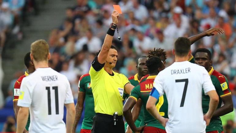 Арбитр посмотрел видеоповтор иудалил игрока сборной Камеруна
