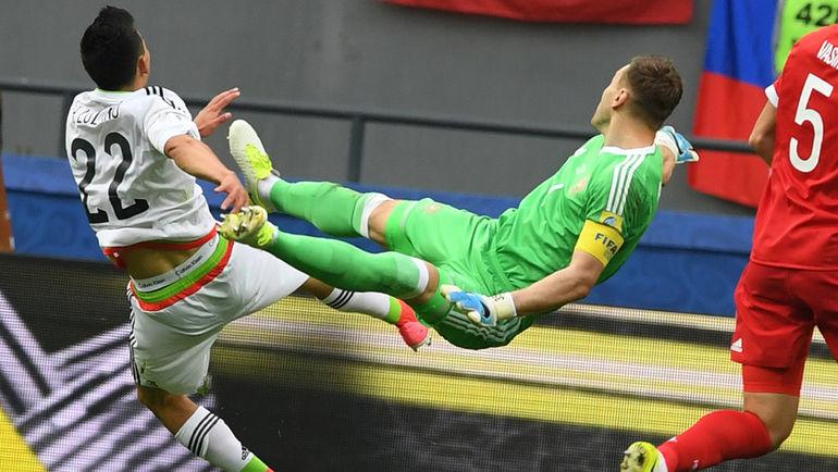 Мексика – Россия – 2:1.Мексиканец Ирвинг Лосано забивает победный гол после ошибки Игоря Акинфеева