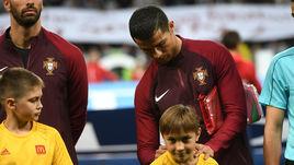 Криштиану дал автограф на поле перед матчем с Чили
