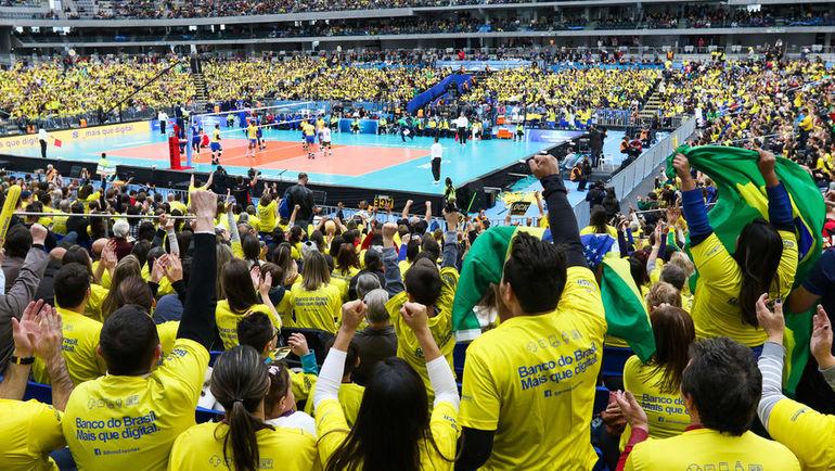 Четверг. Куритиба. Россия - Бразилия - 2:3. Болельщики горячо поддерживали хозяев, но и стараниям россиян отдали должное. Фото FIVB