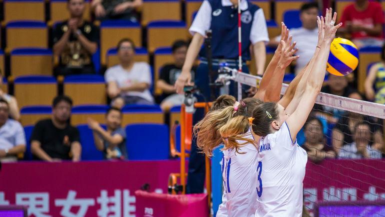 Россиянки на блоке. Фото FIVB