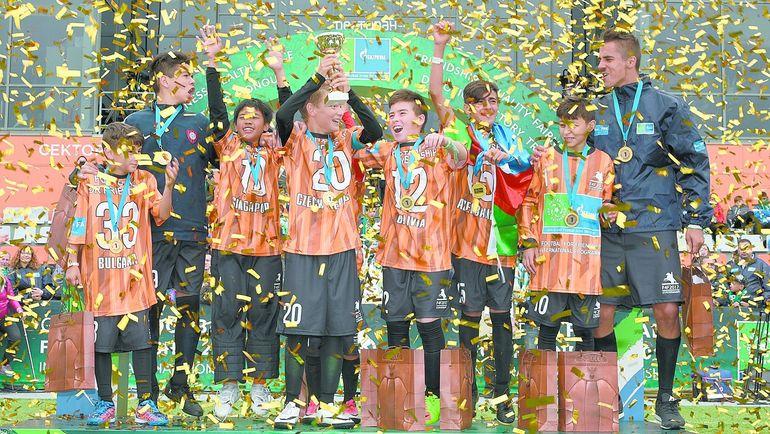 Победители первого чемпионата по футболу для дружбы - команда оранжевых. Фото media.footballforfriendship.com