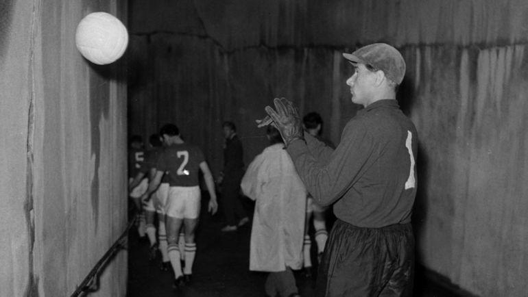 """Лев ЯШИН в тоннеле """"Парк де Пренс"""" перед финалом с Югославией."""