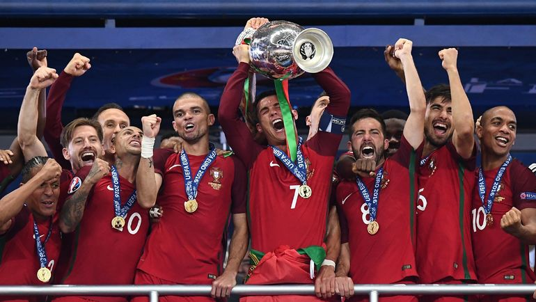 10 июля 2016 года. Сен-Дени. Португалия - Франция - 1:0. Португальцы празднуют чемпионство. Фото AFP