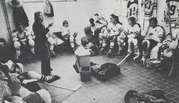 1975 год. Хоккеисты внимательно прислушиваются к замечаниям Пии СТЕРНЕР. Фото hockeysverige.se