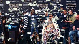Мейуэзер забросал Макгрегора деньгами на пресс-конференции