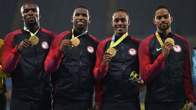 Гил РОБЕРТС (второй слева) - олимпийский чемпион Рио-2016 в эстафете 4x400 метров. Фото AFP