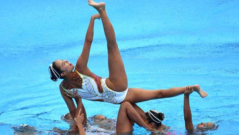 Вместо синхронного плавания - акробатическое. Фото AFP