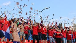 Фанаты команды Аленичева устроили денежный дождь
