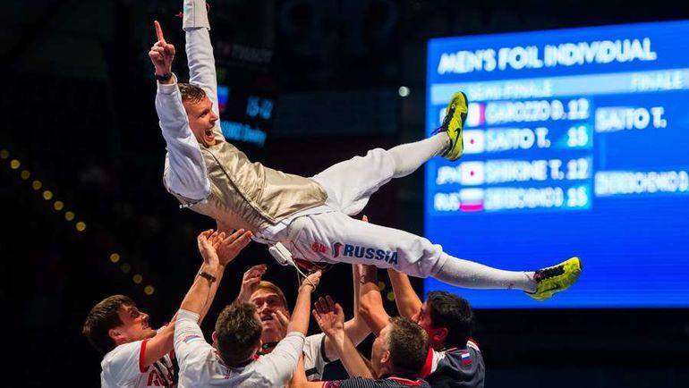 Партнеры по команде качают Дмитрия ЖЕРЕБЧЕНКО. Фото AFP