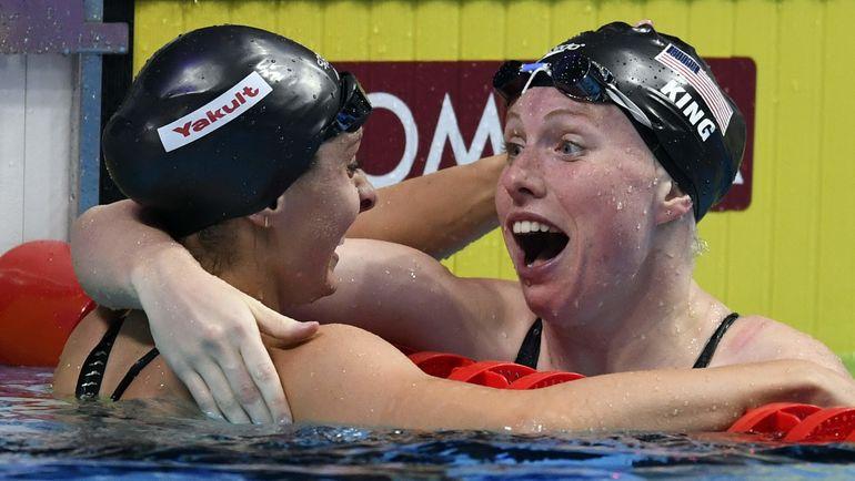 Лилли КИНГ (справа) и Кэти МЕЙЛИ после финиша. Фото AFP