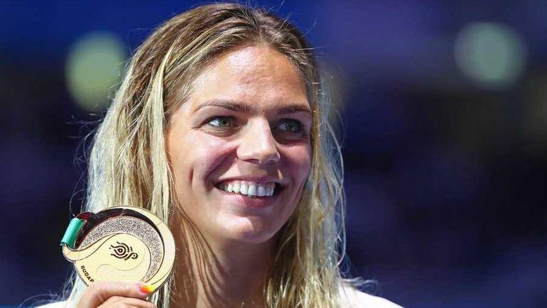 Сегодня. Будапешт. Юлия ЕФИМОВА позирует со золотой медалью. Фото AFP