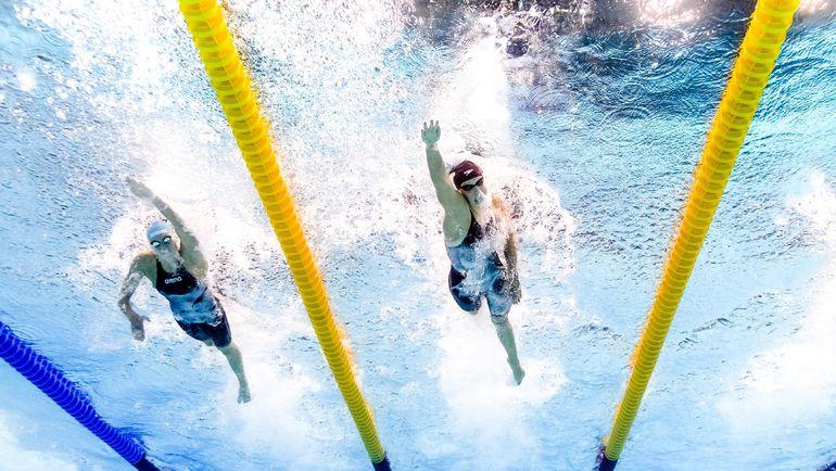 Вероника ПОПОВА (слева) и Кэти ЛЕДЕКИ во время финального заплыва на дистанции 200 метров вольным стилем. Фото AFP
