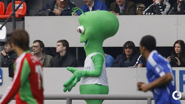 """Этого инопланетного гостя еще помнят в Раменском. Зеленый человечек радовал своей компанией фанатов """"Сатурна"""" в 2008 году. Фото Александр ФЕДОРОВ, """"СЭ"""""""