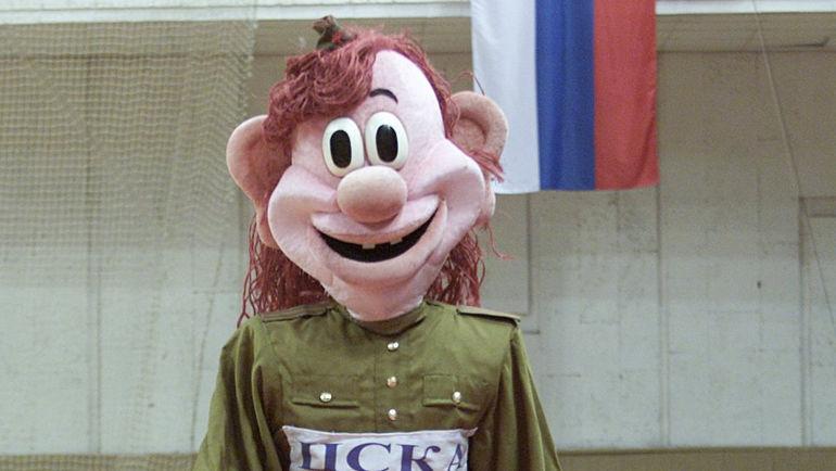 Не каждый болельщик баскетбольного ЦСКА помнит этого бравого солдата, который маршировал по УСК ЦСКА в 2001 году. Фото Алексей ИВАНОВ